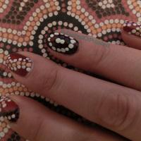 Het patroon op mijn middelvinger loopt door op het papier!